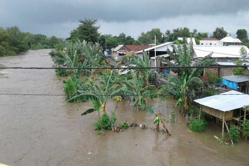 Banjir melanda permukiman sepanjang alur Sungai Brang Biji seperti Kelurahan Brang Bara, Samapuin, Brangbiji, Sumbawa, Kamis (9/2).