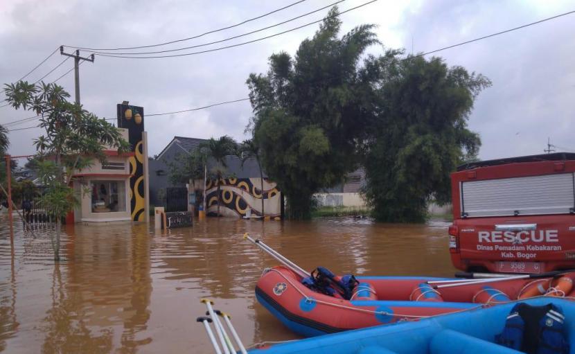 Banjir merendam Perumahan Grand Mekarsari Residence Cileungsi, Kabupaten Bogor, sejak Jumat (19/2) dini hari.