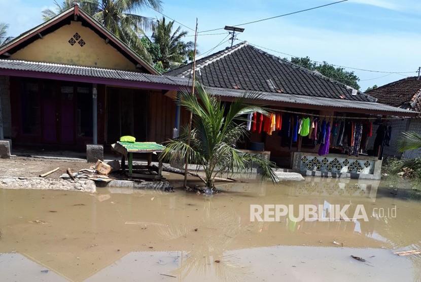 Banjir rob melanda Kecamatan Keruak dan Jerowaru di Kabupaten Lombok Timur, Nusa Tenggara Barat (NTB) pada Ahad (3/12) malam.