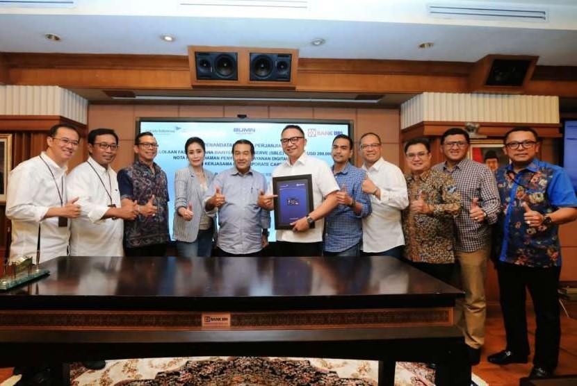 Bank BRI resmi menjalin kerja sama strategis dengan Garuda Indonesia melalui penandatanganan perjanjian pengelolaan fasilitas dana maintenance reserve berupa Standby Letter of Credit (SBLC), nota kesepahaman Penyediaan Layanan Digital Acquiring, dan kerja sama BRI Corporate Card.