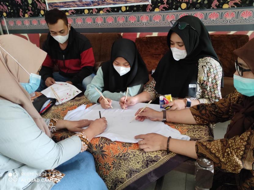 Bank Indonesia (BI) Solo dan Rumah Zakat Solo melaksanakan pelatihan kepada Klaster Batik Paguyuban Giriarum di Girilayu, Kabupaten Karanganyar, Jawa Tengah, secara daring pada Jumat (30/7).