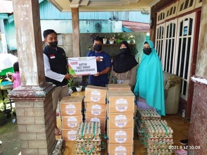 BMH mwenyalurkan bantuan makanan pokok kepada warga korban kebakaran di Sambaliung, Berau, Kalimantan Timur, Jumat (17/9).