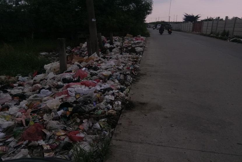 Banyak sekali tumpukkan sampah ditemukan di sepanjang jalan Marunda Makmur, Taruma Jaya, Kabupaten Bekasi. Sampah-sampah tersebut berasal dari sampah rumah tangga milik warga.