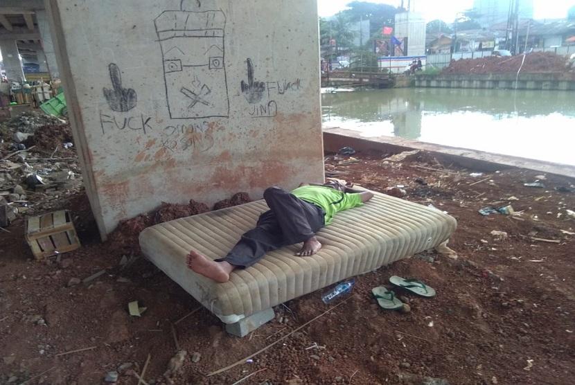 Banyak warga tetap beraktivitas dibawah tol Becakayu meski sudah ada larangan.