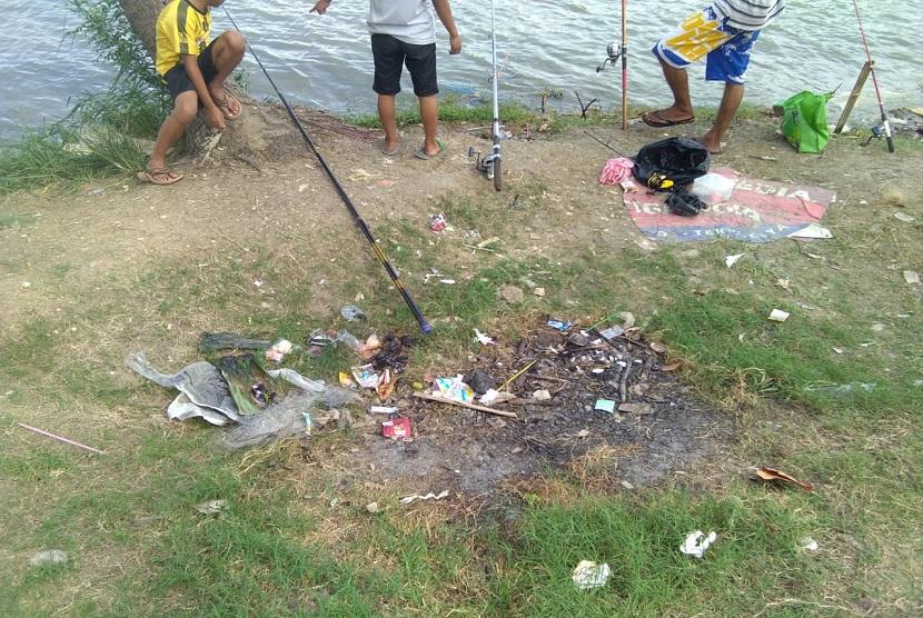 Banyak warga yang membuang sampah sembarangan di Danau Sunter