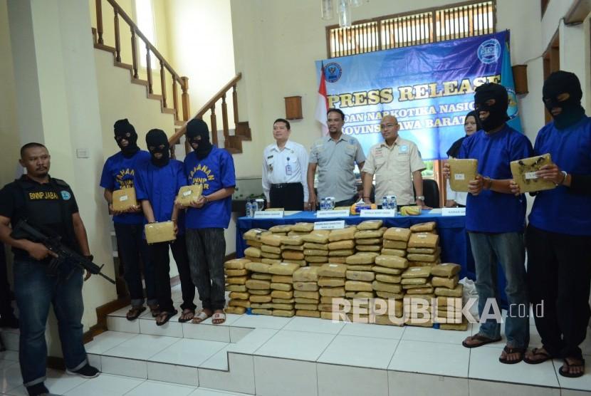 Barang bukti 181 kilogram ganja dan lima orang tersangka asal Aceh dihadirkan di kantor Badan Narkotika Nasional (BNN) Provinsi Jawa Barat, Kota Bandung, Selasa (4/12).