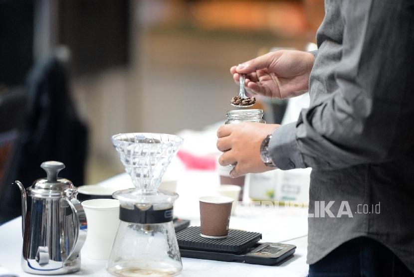 Barista menunjukan cara membuat kopi. Ilustrasi