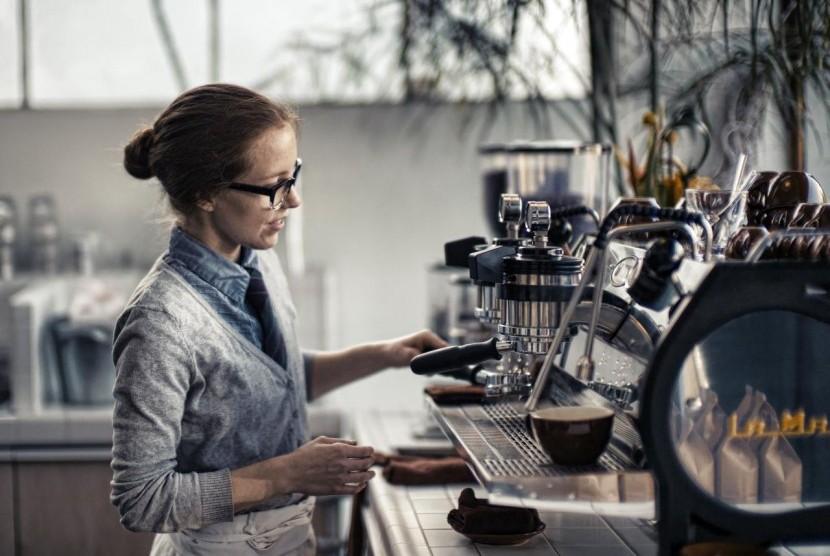 Barista menyeduh kopi di kedai kopi.