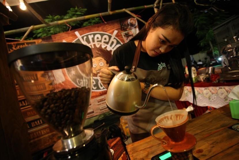 Barista (Peracik Kopi) menyeduh kopi saat Festival Kopi Nusantara, di Aloon-Aloon Kanigoro, Blitar, Jawa Timur. (Ilustrasi)