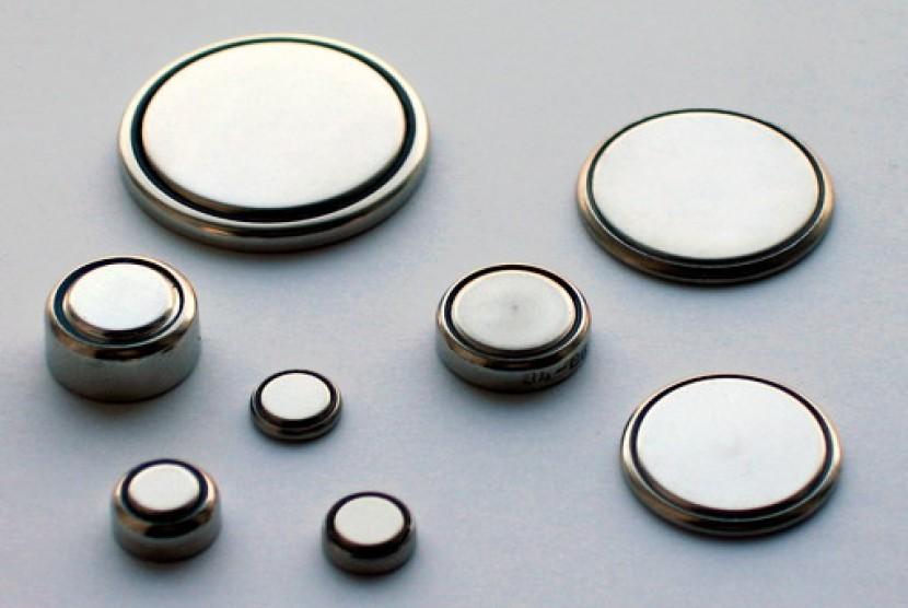 Baterai koin atau baterai kancing.