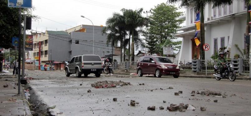 Batu berserakan pascarusuhnya Ambon.