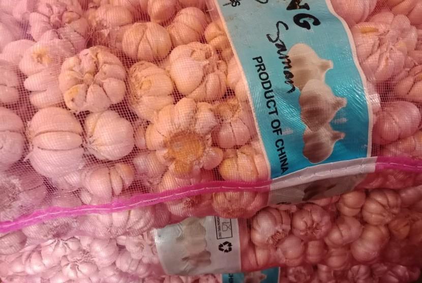 Bawang putih impor yang dijual di Pasar Induk Kramat Jati, Jakarta Timur, Ahad (14/4).