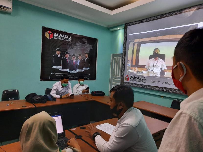 Bawaslu Kabupaten Bandung mengundang Bupati Bandung, Dadang Naser untuk mengkonfirmasi pelanggaran kampanye Pemilu 2020 melalui layanan Zoom.