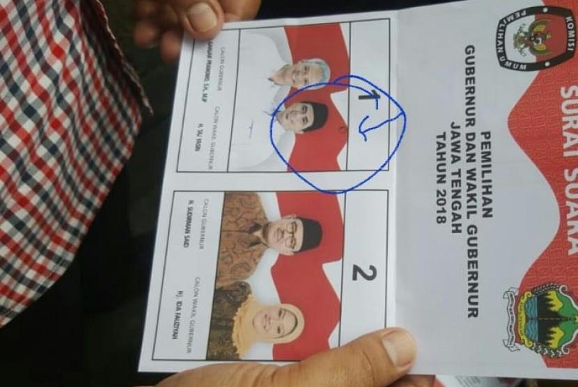 Bawaslu Solo mengkonfirmasi adanya tanda di surat suara untuk Pilgub Jateng. Tanda tersebut merupakan noda dan kerusakan sejak dari percetakan. surat suara tersebut pun sudah dimusnahkan.