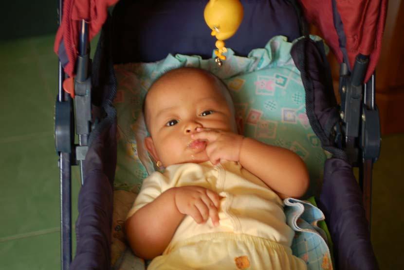 Bayi sebaiknya tak dibiarkan berada di dalam kereta dorong lebih dari satu jam. Bayi perlu bergerak aktif agar lebih sehat.