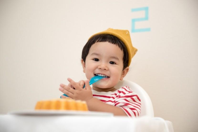 Bayi makan.