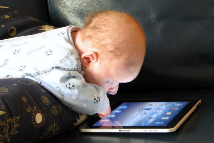 Bayi melihat layar gawai.