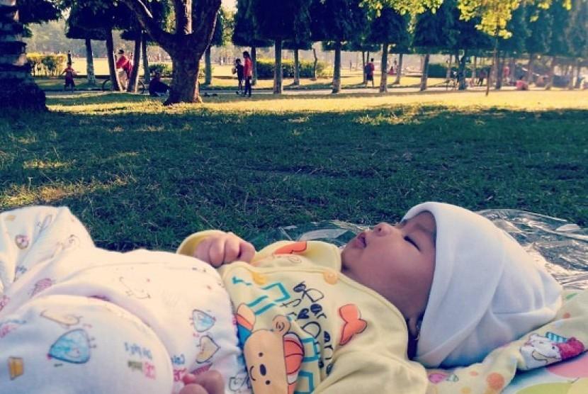 Bayi mulai bisa diperkenalkan lingkungan luar rumah agar dia bisa nyaman termasuk saat waktu tidurnya
