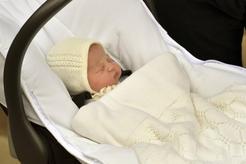 Bayi perempuan Pangeran William dan Catherine Middleton saat dibawa pulang dari RS St Mary, Sabtu pagi (2/5) waktu Inggris.