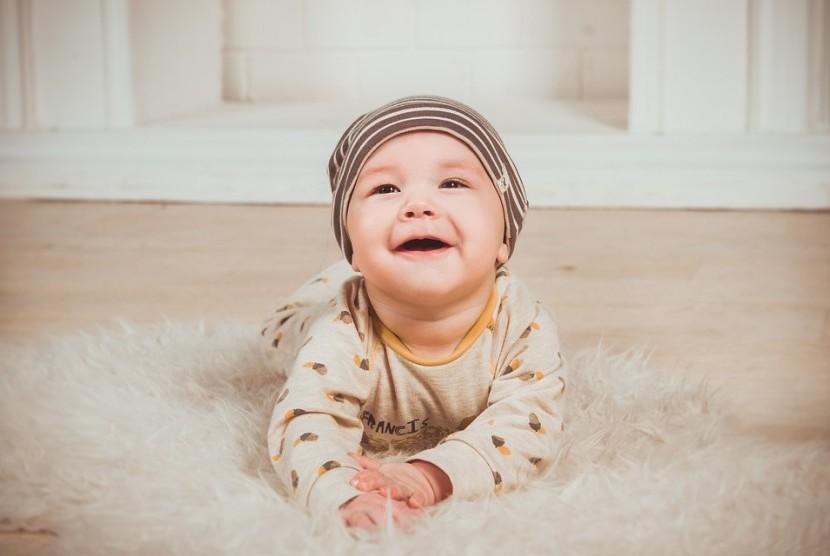 Bayi tersenyum.