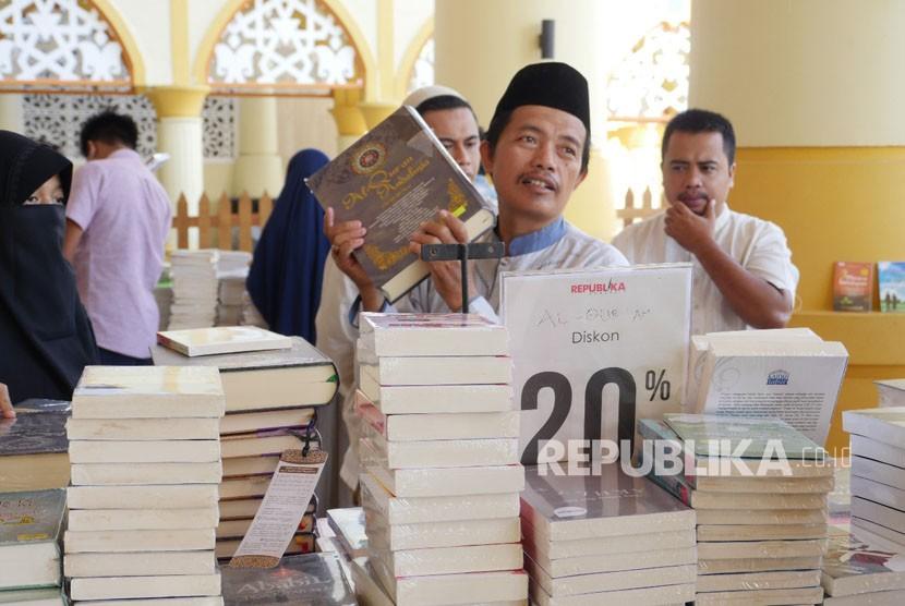 Bazar buku Islam di Kompleks Islamic Center Nusa Tenggara Barat (NTB), Kota Mataram, Provinsi NTB mulai diserbu masyarakat meski Pesona Khazanah Ramadhan belum dibuka. Kamis (17/5).