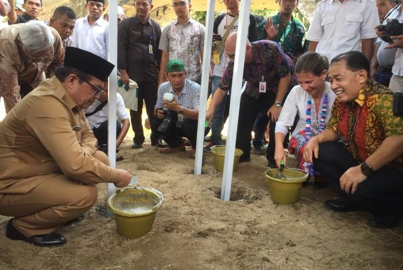 Baznas bekerjasama dengan united nations development programme (UNDP) melakukan peletakan batu pertama pembangunan pembangkit listrik tenaga mikro hidro di desa Lubuk Bangkar, kecamatan Sarolangun, Jambi. Jumat (6/4).