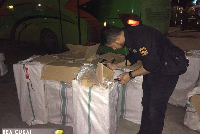 Bea Cukai Bandar Lampung menggalkan pengangkutan rokok ilegal menggunakan bus penumpang.