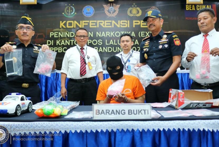 Bea Cukai Bandung kembali menggagalkan penyelundupan 1.953 butir ekstasi.
