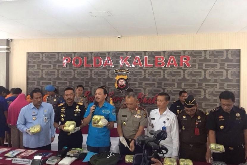 Bea Cukai bekerja sama dengan Badan Narkotika Nasional (BNN) berhasil melakukan tiga penindakan terhadap upaya penyelundupan narkotika jenis sabu di pintu perbatasan Jagoi Babang, dan Pontianak Kalimantan Barat.