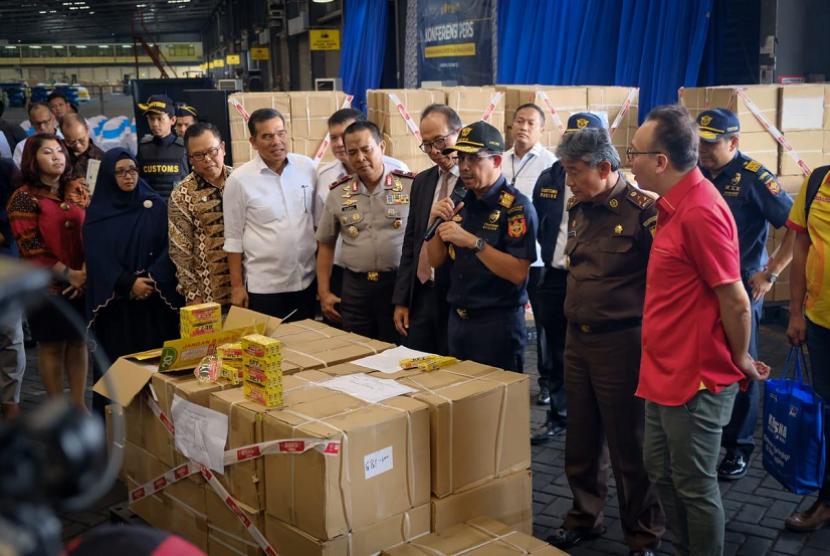 Bea Cukai berhasil menangkap barang impor tiruan atau pemalsuan merek.