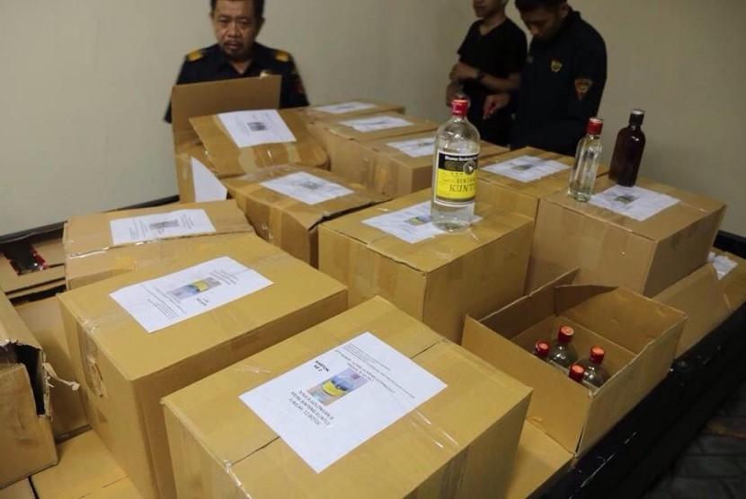 Bea Cukai berhasil menangkap yang diduga akan menjual ratusan minuman keras ilegal yang tidak dilekati pita cukai, Rabu (26/7).