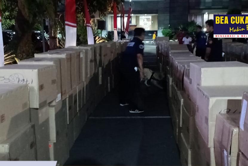 Bea Cukai bersinergi dengan kepolisian gagalkan penyelundupan delapan truk barang ilegal.