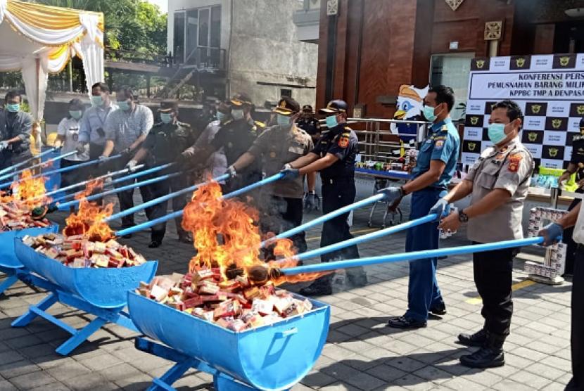 Bea Cukai Denpasar musnahkan Barang Milik Negara hasil penindakan.
