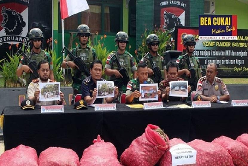 Bea Cukai Entikong bersama Satgas Pamtas Pos Perbatasan Segumon berhasil menggagalkan upaya penyelundupan sebanyak 300 karung bawang merah, pada Sabtu (01/2) dini hari.