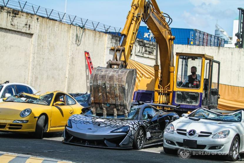 Bea Cukai Filipina melakukan pemusnahan barang bukti kendaraan ilegal, termasuk mobil mewah McLaren.