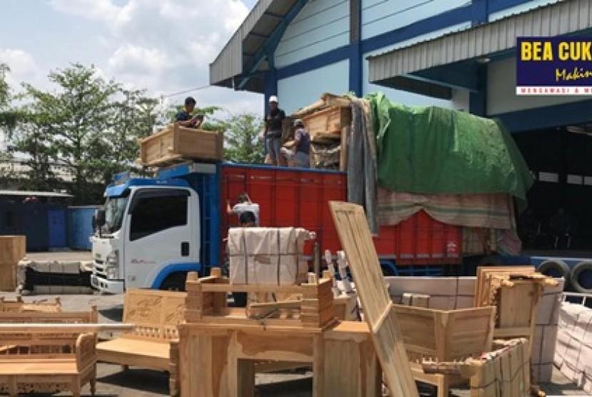 Bea Cukai Jawa Tengah dan DIY bekerja sama dengan Bea Cukai Tanjung Emas dan Bea Cukai Semarang kembali menyita rokok ilegal di Pelabuhan Tanjung Emas, Semarang Jumat (1/11).