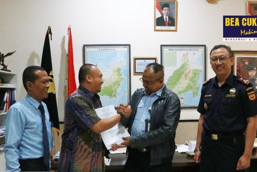 Bea Cukai Kalimantan Bagian Selatan (Kalbagsel) menerbitkan fasilitas pusat logistik berikat (PLB) untuk PT Sime Darby Oils Indonesia.