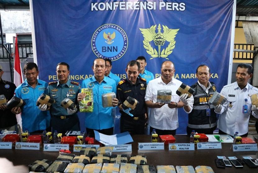 Bea Cukai Kalimantan gagalkan penyelundupan sabu yang disembunyikan di sound system.