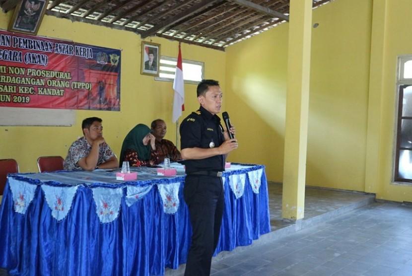 Bea Cukai Kediri mengadakan sosialisasi untuk 100 calon Tenaga Kerja Indonesia (TKI) di Desa Selosari, Kecamatan Kandat, Rabu (14/8).