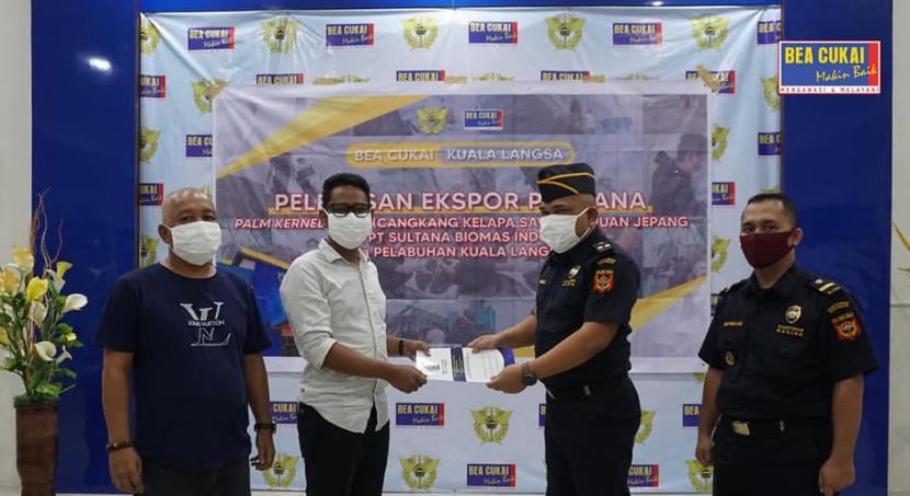 Bea Cukai Kuala Langsa melaksanakan pelepasan ekspor cangkang kelapa sawit dengan jumlah 7.060 metric ton, beberapa waktu lalu.