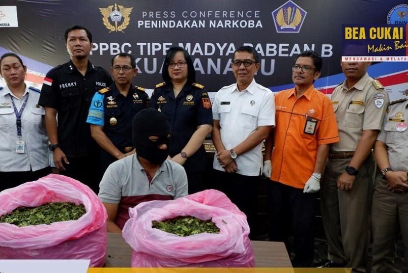 Bea Cukai Kualanamu menggagalkan upaya penyelundupan barang melalui kiriman pos berupa daun Khat (Katinon) sebanyak 2 karton seberat 16 kg.