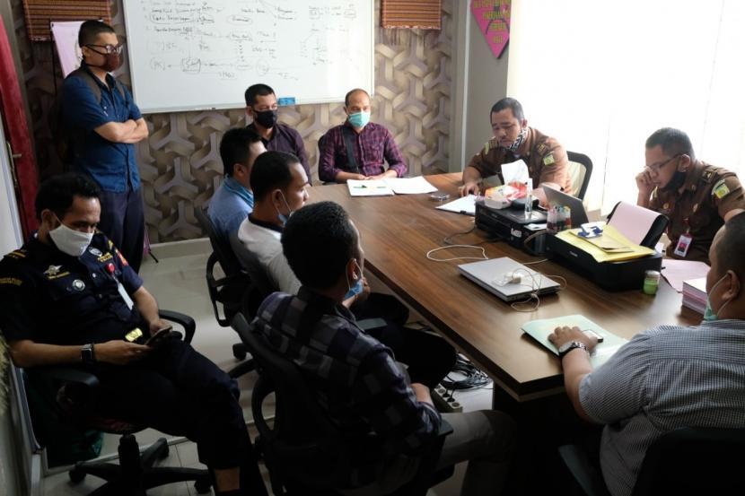 Bea Cukai Kualanamu menyerahkan tersangka dan barang bukti kasus berupa berupa koper dan benih lobster, kepada pihak Kejaksaan di Kantor Kejaksaan Negeri Deli Serdang.