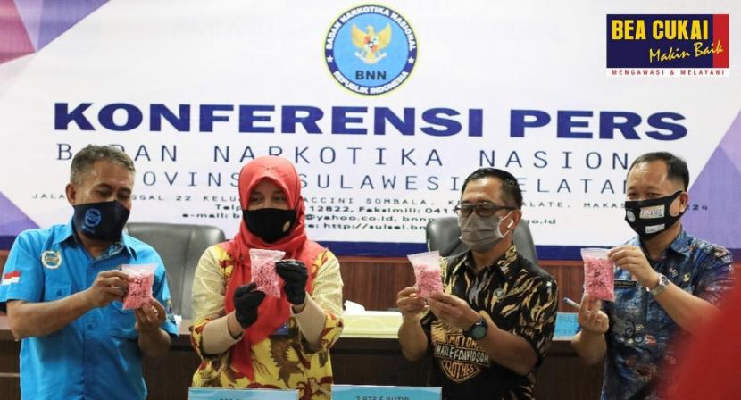 Bea Cukai Makassar dan BNNP Sulawesi Selatan gelar konferensi pers hasil joint operation penggagalan penyelundupan narkotika, pada Jumat (24/7) lalu di aula kantor BNNP Makassar.