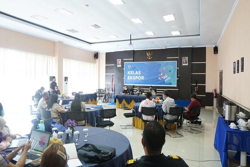 Bea Cukai Manado, bekerja sama dengan Balai Karantina Ikan Pengendalian Mutu (BKIPM) Manado mengadakan kelas ekspor untuk eksportir hasil perikanan yang berada di Manado, Kamis (17/9) lalu.