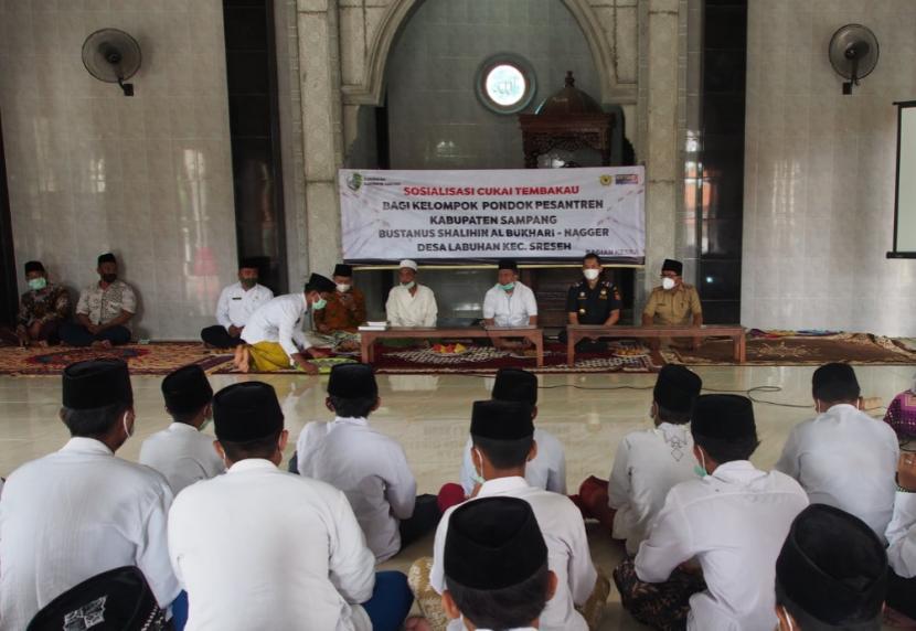 Bea Cukai melakukan edukasi terkait ketentuan cukai di wilayah Madura, Malang dan Sidoarjo dengan sasaran masyarakat umum hingga para santri pondok pesantren.