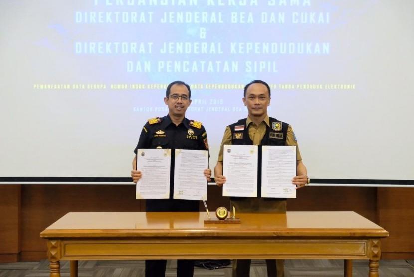 Bea Cukai melakukan penandatanganan kerja sama dengan Direktorat Jenderal Kependudukan dan Catatan Sipil untuk pemanfaatan Nomor Induk Kependudukan (NIK), Data Kependudukan, dan Kartu Tanda Penduduk (KTP) Elektronik, Selasa (23/4).