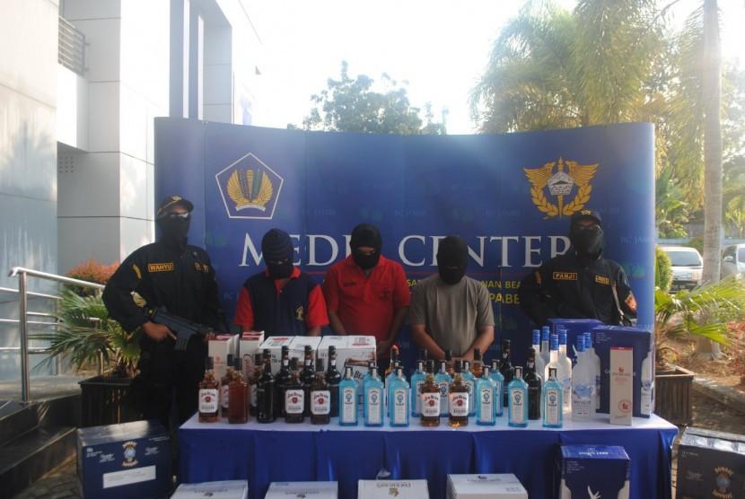 Bea Cukai melakukan penggagalan peredaran minuman keras ilegal eks impor di daerah Suak Kandis, Muaro Jambi.