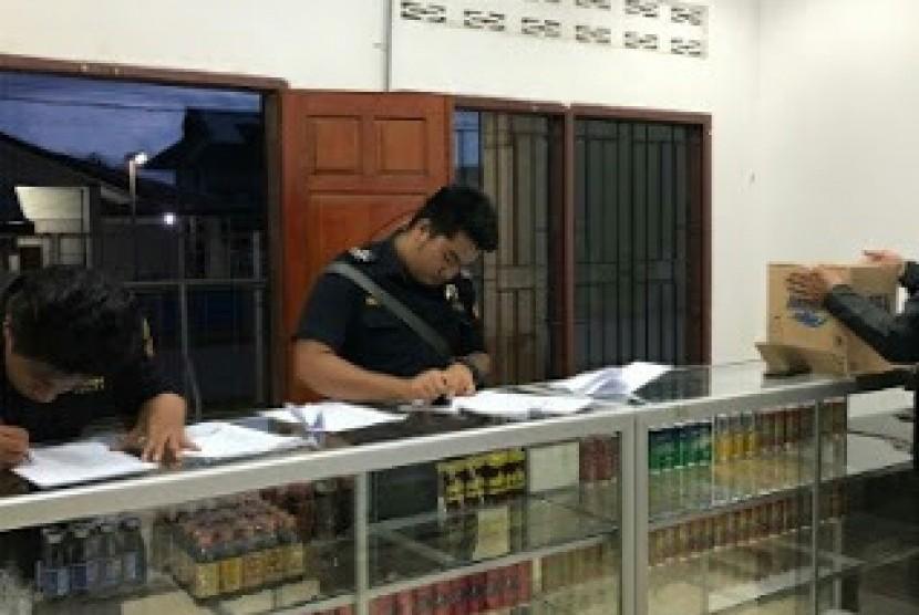 Bea Cukai melakukan penindakan terhadap toko yang menjual minuman beralkohol ilegal.
