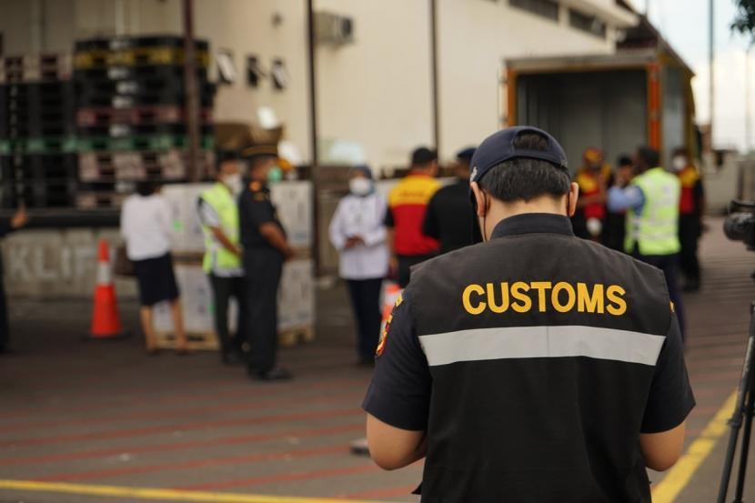 Bea Cukai memberikan berbagai fasilitas kepabeanan dalam bentuk fasilitas fiskal dan pelayanan segera (rush handling) atas impor alat kesehatan serta keperluan vaksinasi.