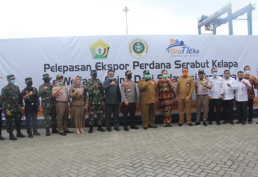 Bea Cukai mendukung PT Weida Indocoir Prima yang merupakan salah satu perusahaan yang terletak di Kendari mengekspor serabut kelapa ke China untuk pertama kalinya langsung dari Kendari, pada Selasa (7/7).